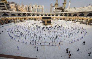 Un peu de monde pour la prière. Le gouvernement saoudien a annoncé ce samedi 12 juin que 60.000 fidèles, exclusivement issus du royaume, pourraient effectuer cette année le pèlerinage à La Mecque.