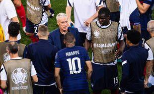 DD entouré de ses joueurs avant la prolongation de France-Suisse.