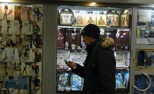 Un homme près d'un kiosque dans un passage souterrain de Moscou le 30 novembre 2015