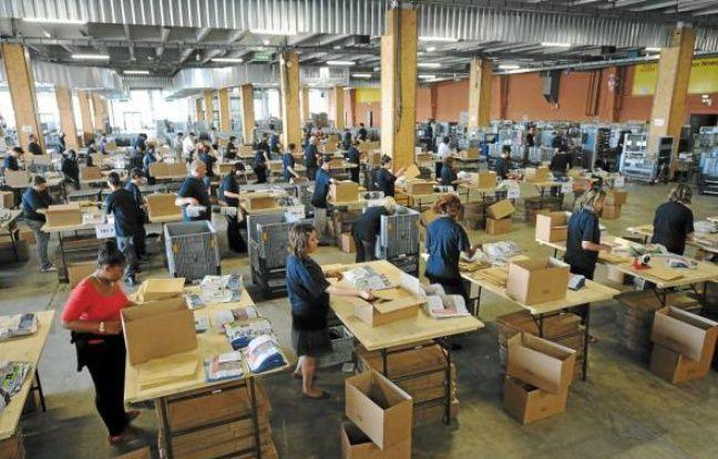 Les professions de foi et bulletins de vote sont triés, assemblés et mis en carton.