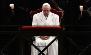 Le pape François prie durant le traditionnel Chemin de croix au COlisée de Rome, le 25 mars 2016