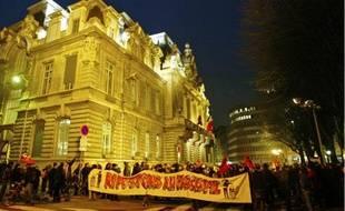 Près de 500 personnes ont manifesté en début de soirée, hier, contre un local associatif qualifié de «néo-nazi».