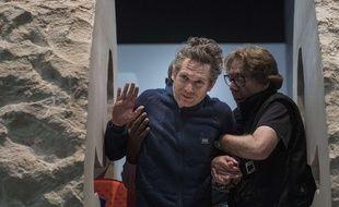 Paris, le 1er mars 2017. Abraham Poincheval sort du rocher où il s'est enfermé pendant huit jours (Illustration).