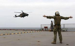 Un hélicoptère de l'armée australienne mobilisé dans la lutte contre les incendies en Australie, le 1er janvier 2019.