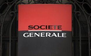 """Le groupe bancaire Société générale va supprimer """"des centaines d'emplois en France"""", ont annoncé mardi les syndicats, à l'issue d'une rencontre avec son PDG, Frédéric Oudéa."""