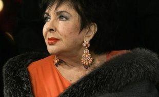 Elizabeth Taylor arrive aux studios Paramount de Los Angeles, le 2 décembre 2007 pour assister à la représentation de «Love Letters» de A.R. Gurney. Les bénéfices de cette représentation unique seront reversés à kla fondation Elizabeth Taylor contre le sida.