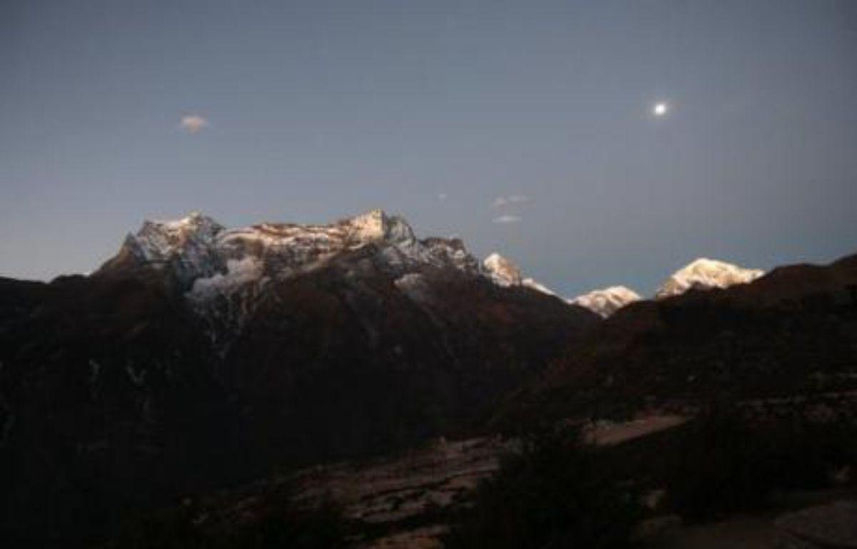 Un nouveau réseau de téléphonie à haut débit dans la région népalaise de l'Everest va désormais permettre aux alpinistes de passer des appels en vidéo et de surfer sur internet depuis le sommet le plus haut du monde, a annoncé un groupe de télécom népalais. – Prakash Mathema AFP/Archives