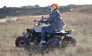 Illustration d'un homme conduisant un quad.