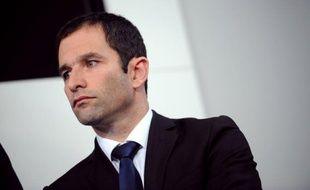 """Benoît Hamon, porte-parole du Parti socialiste, a déclaré lundi que la campagne était """"supendue pour honorer la mémoire des victimes"""" de la fusillade qui a fait quatre morts dont trois enfants dans un collège-lycée juif de Toulouse."""