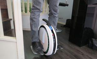 L'E-roue ou roue gyroscopique permet de transporter une personne grâce à l'électricité. Seuls les mouvements du corps sont sollicités pour avancer et freiner.