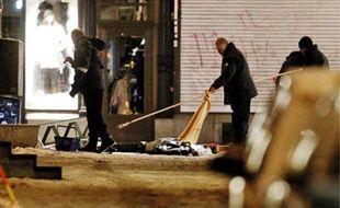 Des enquêteurs suédois sur les lieux du second attentat où le kamikaze est décédé.