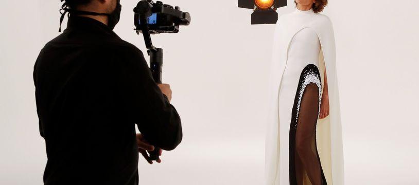 Un mannequin se fait filmer en vue de la Fashion Week parisienne organisée en ligne, pour le designer Stéphane Rolland.
