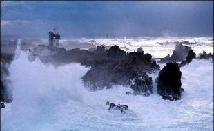 Dix-neuf passagers d'un navire assurant la liaison entre Audierne et l'Ile de Sein ont été blessés, dont quatre gravement, par une déferlante qui a jeté deux personnes à la mer, samedi après-midi au large de la pointe du Raz (Finistère).