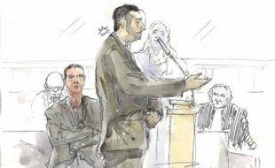 Un dessin judiciaire montre Muhittin Altun, le seul rescapé du drame de Clichy-sous-Bois en 2005, s'adressant aux jurés aux côtés du policier Sebastien Gaillemin (g), à Rennes le 16 mars 2015
