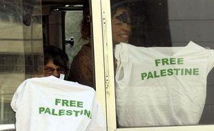 Les autorités jordaniennes et israéliennes ont empêché dimanche une centaine de militants pro-palestiniens venus d'Europe et des Etats-Unis d'entrer en Cisjordanie pour livrer du matériel scolaire à des enfants palestiniens, selon les organisateurs.