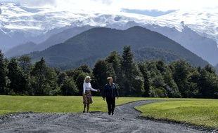 La présidente du Chili Michelle Bachelet (à droite) marche avec Kristine McDivitt (à gauche), veuve de l'Américain Doug Tompkins, dans une réserve naturelle à Chaiten (Chili) le 15 mars 2017.