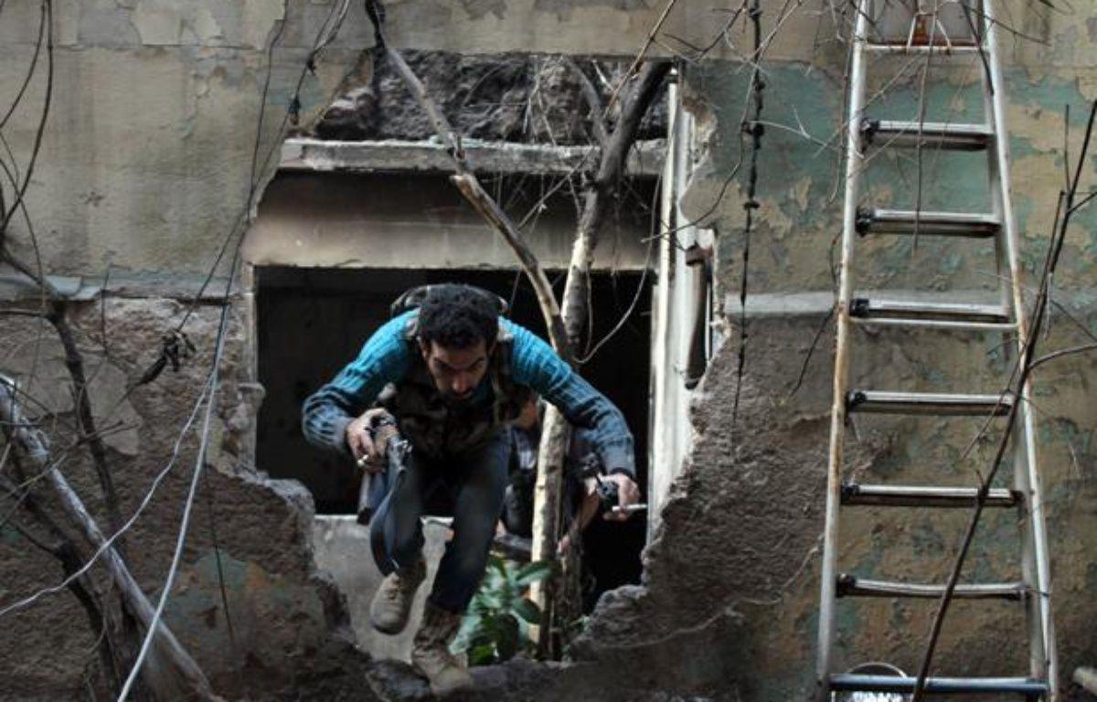 Un opposant au régime de Bachar al-Assad à Alep, dans le Nord de la Syrie, le 19 novembre 2013.  – AFP PHOTO / MAHMUD AL-HALABI