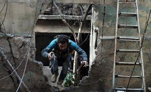 Un opposant au régime de Bachar al-Assad à Alep, dans le Nord de la Syrie, le 19 novembre 2013.