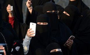Des Saoudiennes prennent des photos durant le festival Janadriyah, en 2016.