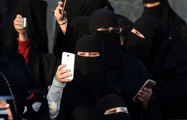 Les femmes saoudiennes prennent des photos pendant le festival Janadriyah en 2016.