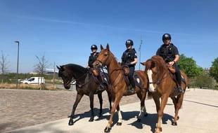 Trois policiers en patrouille à cheval à l'entrée de la citadelle de Lille, au sein de la brigade équestre.