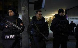 Des officiers de police gardent l'entrée du ministère de l'Intérieur à Hanovre, le 17 novembre 2015.