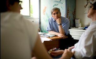 Le généticien et pédiatre Arnold Munnich en consultation.