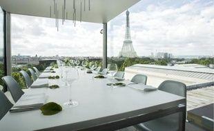 Nomiya, restaurant en aluminium et en verre qui mêle gastronomie et design, offre une vue spectaculaire sur Paris.