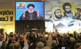 Le leader du Hezbollah libanais Hassan Nasrallah, sur un écran géant, s'adresse à la foule dans le sud de Beyrouth, le 16 février 2016