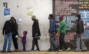 Des habitants de Duduza, un canton à l'est de Johannesburg, font la queue pour aller au supermarché, le jeudi 2 avril 2020.