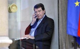 Le ministre de l'Education, Xavier Darcos, annonce dans une interview au Figaro à paraître jeudi qu'il va recruter 5.000 agents, en emplois aidés dans le cadre du plan de relance, pour prévenir les familles de l'absence de leurs enfants.