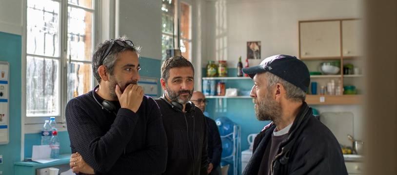 Les réalisateurs Eric Toledano et Olivier Nakache, et l'acteur Vincent Cassel, sur le tournage d'«Hors Normes».