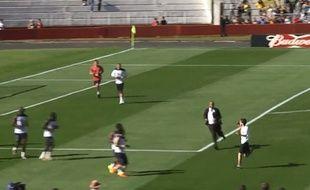 Capture d'écran du streaker à l'entraînement des Bleus, le 27 juin 2014