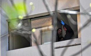 L'ancien chef du renseignement sous la dictature d'Augusto Pinochet, le général Odlanier Mena, condamné pour violations des droits de l'homme, s'est suicidé samedi avant son transfert d'une prison de luxe vers un autre lieu de détention, a annoncé son avocat.