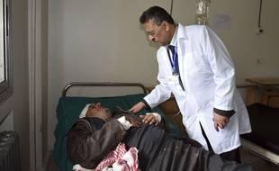 Un homme est soigné dans un hôpital après l'explosion d'une mine, près de Salamiyeh, en Syrie, le dimanche 24 février 2019.