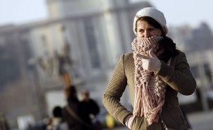 Illustration d'une femme se protégeant du froid à Paris.