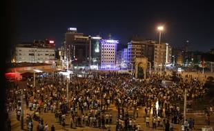Des partisans du président Erdogan sur la place Taksim pendant une tentative de coup d'Etat en Turquie, le 16 juillet 2016.