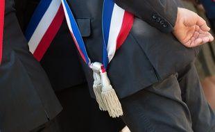 Un élu avec son écharpe tricolore. Illustration.