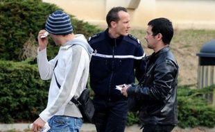 Les enquêteurs tentaient dimanche de percer le mystère de la présence, à pied en pleine nuit, de trois jeunes soeurs issues de la communauté des gens du voyage de Marseille, mortes fauchées sur l'A7 dans la Drôme après avoir dû descendre d'un train faute de billet.