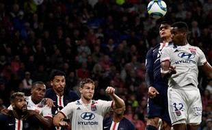 Duel aérien lors d'un PSG-Lyon