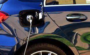 Une voiture électrique en plein rechargement.