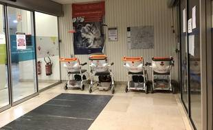 Illustration de l'entrée d'un hôpital ici confiné en raison de l'épidémie de coronavirus.