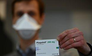 """Un pharmacien montre une boîte de """"plaquenil"""" le 23 mars à Rennes."""