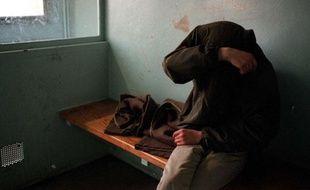 Un homme placé en cellule de garde à vue dans un commissariat.