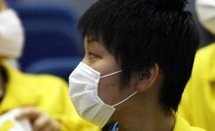 Des étudiantes se protègent de la grippe mexicaine lors des championnats du monde de tennis de table au Japon, le 2 mai 2009.
