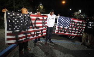 Des militants protestent contre la décision du procureur général de l'Alabama de ne pas poursuivre un policier responsable de la mort d'un jeune Noir à Hoover.