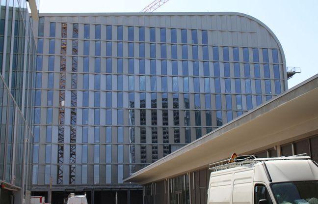 La halle sera enjambée perpendiculairement par trois nouveaux bâtiments de huit étages