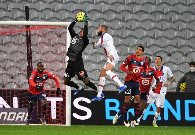 Mike Maignan autoritaire dans les airs face au PSG.