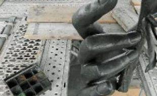 Huit spécialistes travaillent sur la statue pour effacer les altérations dues au temps et aux dégradations.