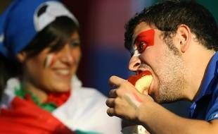 Un supporter italien dégomme un hot dog lors de la Coupe du monde 2006, en Allemagne.